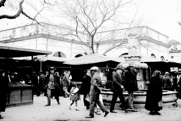 Detalle de fuente y antiguo mercado de la Encarnación